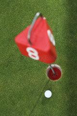 Sankt Peter-Ording  Deutschland  ein Golfball vor einem Loch