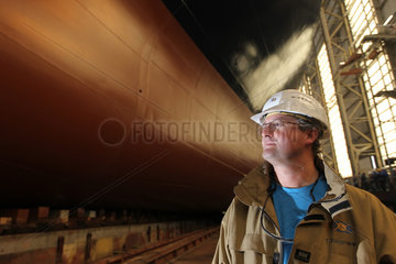 Flensburg  Deutschland  Schiffsbauingenieur bei der FSG Torsten Riedmann mit dem Neubau der Roro-Faehre Seatruck Power