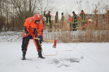 Flensburg  Deutschland  Rettungsuebung der Flensburger Berufsfeuerwehr
