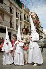 Sevilla  Spanien  Glaeubige vor der Prozession am Palmsonntag