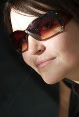 Berlin  Frau mit Sonnenbrille