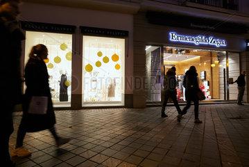 Bruessel  Region Bruessel-Hauptstadt  Belgien - Erleuchtete Schaufenster von Modegeschaeften am Abend.