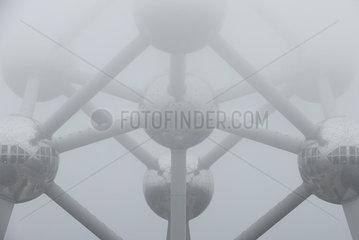 Bruessel  Region Bruessel-Hauptstadt  Belgien - Das Atomium im Nebel.