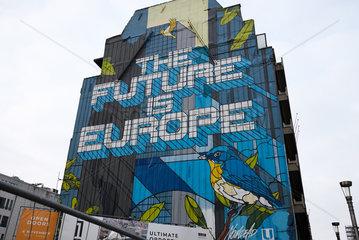 Bruessel  Region Bruessel-Hauptstadt  Belgien - Riesiges Wandbild mit dem Satz The Future is Europe an einer Hauswand.