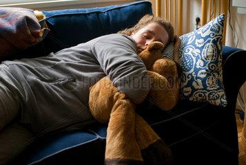 Berlin  Deutschland  Frau mit Kuscheltier beim Mittagsschlaf