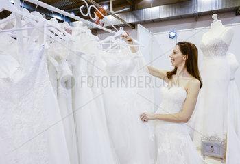 Frau im Brautkleid  Hochzeitsmesse  Essen  Nordrhein-Westfalen  Deutschland  Europa