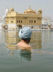 Indien  Heiliges Bad in einem See nahe des Sikh Heiligtum des Goldenen Tempel in Amritsar