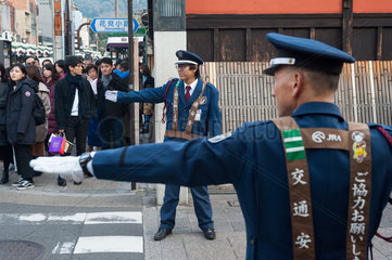 Kyoto  Japan  Verkehrsaufseher in Kyotos Altstadt