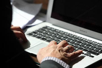 Berlin  Deutschland  ein Mann arbeitet an seinem Laptop