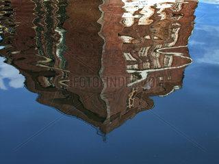 Berlin  Deutschland  Spiegelbild auf der Wasseroberflaeche