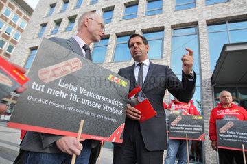 Kiel  Deutschland  Demonstration gegen schlechte Strassenzustaende des Auto Club Europa e.V. (ACE)