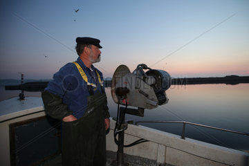 Flensburg  Deutschland  Nebenerwerbsfischer auf dem Weg die Netze in der Flensburger Foerde einzuholen