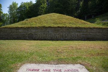 Bayern  Deutschland - KZ-Gedenkstaette Flossenbuerg  Tal des Todes mit der Asche-Pyramide