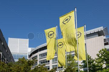 Deutschland  Ruesselsheim  Opel Automobile GmbH: Fahnen mit Opel-Logo am Konzernsitz