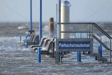 Dagebuell  Deutschland  Erhoehter Standpunkt fuer einen Parkscheinautomat bei Sturmflut an der Nordse