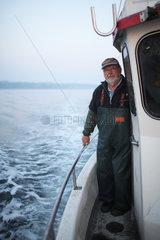 Flensburg  Deutschland  Nebenerwerbsfischer am fruehen Morgen in der Flensburger Foerde