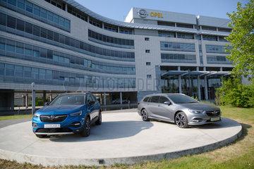 Deutschland  Ruesselsheim  Opel Automobile GmbH: Opel Grandland X und Opel Insignia vor dem Konzernsitz
