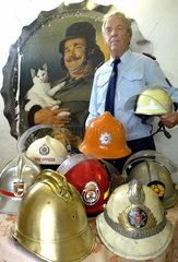 Oberlichtenau  Deutschland  Feuerwehrmann sammelt internationale Feuerwehrhelme