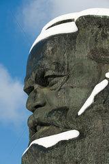 Chemnitz  Deutschland  Schnee bedeckt Teile des Marx Monumentes in Chemnitz