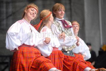 Kiel  Deutschland  folkloristischer Tanz aus Estland auf der Kieler Woche