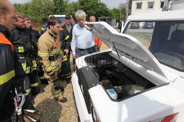 Harrislee  Deutschland  Feuerwehrmaenner bekommen eine Unterweisung im Umgang mit Elektroautos