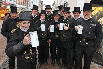 Flensburg  Deutschland  Flensburger Schornsteinfeger sammeln fuer die Aktion Schutzengel