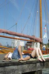 Flensburg  Deutschland  ein Paar am Flensburger Museumshafen