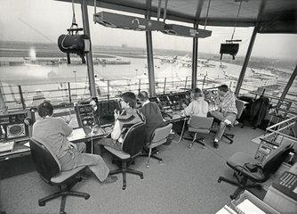 Fluglotsen im Tower  Flughafen Muenchen-Riem  1988