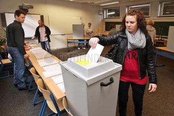 Flensburg  Deutschland  Waehler an derWahlurne zur Bundestagswahl 2013
