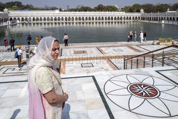 Frau im Sikh Tempel