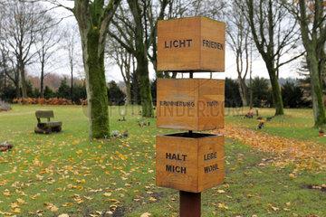 Flensburg  Deutschland  Gedenkstele am Urnenfriedhof