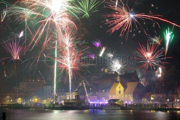 Flensburg  Deutschland  Silvester mit dem Feuerwerk und Raketen am Hafen Flensburg