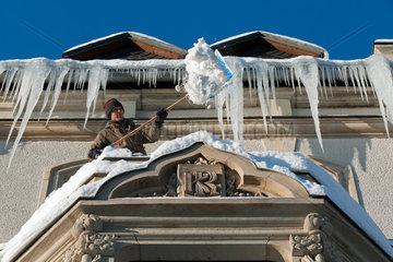 Chemnitz  Deutschland  gefaehrliche Eiszapfenbildung an einer Wohnhausfassade