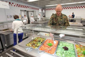 Ploen  Deutschland  Rekruten der Marineunteroffizierschule holen sich in der Kantine Essen