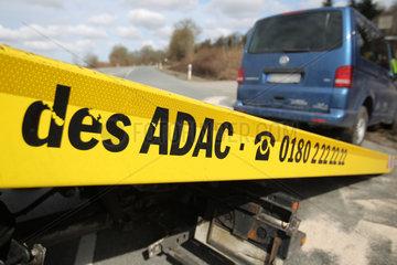 Flintbek  Deutschland  ein Abschleppwagen des ADAC nimmt nach einem Unfall einen VW T5 auf.