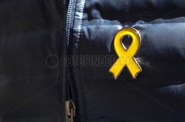 Barcelona  Spanien - Die gelbe Schleife ist ein Symbol des Widerstandes gegen den Zentralstaat und steht fuer die Unabhaengigkeit Kataloniens