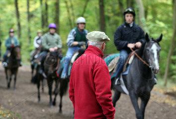 Chantilly  Frankreich  Trainer fuer Galopprennpferde ueberwacht das Training