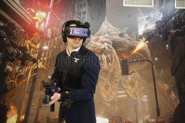 Barcelona  Spanien - Mann probiert ein Computerspiel in der Virtuelle Realitaet auf dem Mobile World Congress MWC in Barcelona
