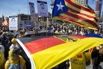 Barcelona  Spanien - Mehr als eine halbe Million Menschen bei einer friedlichen Demonstration fuer die Unabhaengigkeit Kataloniens