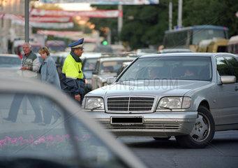 Verkehrspolizist im Gespraech mit Autofahrern  Kaliningrad  Russland