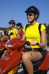 Spanien  Ibiza  junge Leute auf Motorrollern