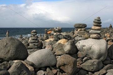 Los Cristianos  Spanien  aufeinandergestapelte Steine an der Kueste