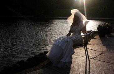 Berlin  Deutschland  eine Braut im Brautkleid im Gegenlicht