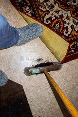 Unter den Teppich kehren