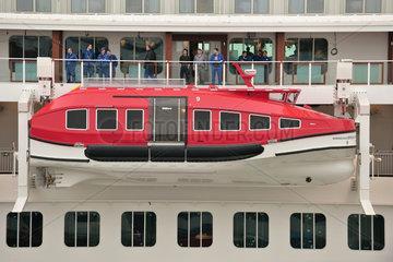 Bremerhaven  Deutschland  Rettungsboot an der Aussenseite des Kreuzfahrtschiffs Norwegian Breakaway