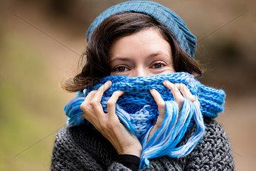 Frau mit Schal I