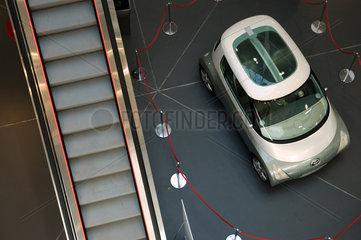 Berlin  Deutschland  Blick ins Atrium eines Autohauses