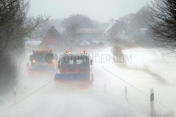 Husby  Deutschland  Raeumfahrzeuge im dichten Schneetreiben auf der L268 bei Husby