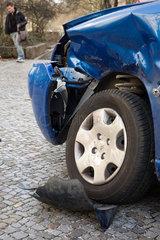 Berlin  Deutschland  Unfallauto auf einem Buergersteig
