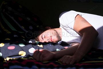 Schlafender Mann im Sonnenlicht